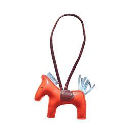 Shuangr nuova moda in pelle fatti a mano cavallo catena chiave pendente per zaino borsa nappa portachiavi per le donne accessori regalo da scarpe da tennis di moda fornitori