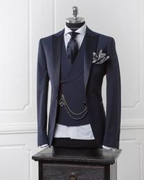 Trajes modernos equipados online-Blazer de hombre azul marino Traje de hombre moderno de negocios con pantalones Trajes de boda ajustados para hombres Chaqueta formal de baile Traje de esmoquin personalizado 3 piezas