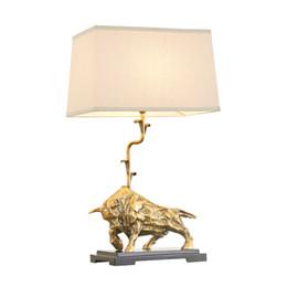 chiaro candelabri matrimonio Sconti Nuovo design americano rame lampade da tavolo toro decorativo scrivania luci lampade da tavolo in oro di lusso camera da letto studio camera da letto luci da tavolo a led