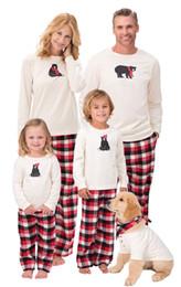 ropa de dormir familiar a juego Rebajas Navidad de la tela escocesa de la familia de pijamas a juego traje de oso de dibujos animados Pullover Top + rayas rejilla pantalones 2pcs de Navidad de los niños para adultos ropa de noche Traje Bedgown