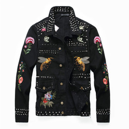 Длинная черная джинсовая куртка онлайн-Мужская мода заклепка цветок пчелы вышивка черный пиджак с длинным рукавом тонкая джинсовая куртка короткая конструкция вышитая куртка старинные буквы patchwor