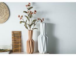 Jarrón de porcelana europea moderno creativo de moda de cerámica de escritorio blanco albaricoque florero de origami flor habitación corredor decoración del hogar desde fabricantes