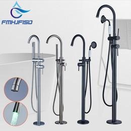 riempitivi per vasche da pavimento Sconti Ottone bagno rubinetto vasca idromassaggio Floor Mounted Filler W / doccetta Mixet becco doccia