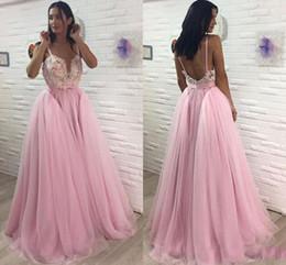 2019 vestido correa de espagueti rosa caliente 2019 Hot Pink Fashion Prom Vestidos Una línea V cuello sin mangas de encaje apliques de tul correas espaguetis vestido de noche Vestidos largos Ropa de noche rebajas vestido correa de espagueti rosa caliente