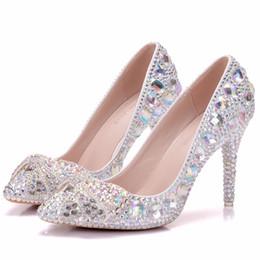 Бриллиантовые свадебные платья онлайн-Crystal Queen Туфли на высоких каблуках Crystal Свадебные туфли Diamond Бабочка Rhinestone Женщины Насосы Формальное платье Обувь для выпускного