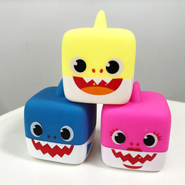 Baby Shark Pokey Fanny Spielzeug LED Flash Musik Puppen Kinder Cartoon Tiere Weichem PVC Wasserdichte Spieluhr Dekopression Spielzeug Für Kinder C414 von Fabrikanten