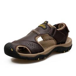 Geschlossene zehenleder sandalen männer online-Echtes Leder Sommer Weiche Männliche Sandalen Schuhe Für Männer Closed Toe Atmungsaktive Licht Strand Lässig Qualität Walking Sandale 2018