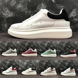 Zapatos deportivos de los hombres de moda online-2019  Alexander McQueen Comfort Trendy Fashion Designer Luxury Men Casual Shoes Womens Triple White Black MC Real Low Cut Leather Zapatillas deportivas 35-44