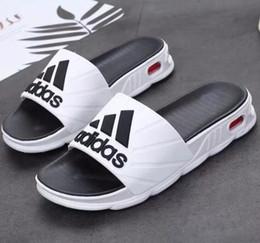 goma eva látex Rebajas CALIENTE NUEVOS Zapatillas de goma con deslizamiento y sandalias, hombres de diseño en blanco rojo con chanclas de verano clásicas tamaño 40-44 # 56