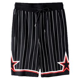 2019 Yeni Moda Erkek Tasarımcı Şort Yeni Erkek Yüksek Kalite Çizgili Yıldız Baskı Şort Gevşek Rahat Spor Pantolon Siyah Beyaz B ... cheap black white striped shorts nereden siyah beyaz şeritli şort tedarikçiler