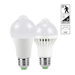 Emergência, luz, lâmpada, bulbo on-line-Luz do sensor de movimento E27 Lâmpada noturna 7 W 9 W 12 W 18 W Auto ON / OFF LED Lâmpada para escadas Varanda Night Lamp Segurança Luzes de emergência