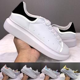 2019 sapatilhas pretas da menina Alexander McQueen Emocionante Das Mulheres Dos Homens Sapatos de Grife Preto Branco Reflexivo Sapatilhas De Couro Meninas Moda Festa de Luxo Casuais de Veludo Chaussures sapatilhas pretas da menina barato