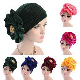 Sombrero de las mujeres islámicas online-La pérdida de la broche de la flor de las mujeres del casquillo de terciopelo elástico turbante musulmán abrigo de la cabeza del sombrero Beanie Skullies la India capo de pelo islámica Sombrero Nuevo