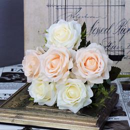 Rosas champagne online-6 piezas Rosas Champagne blanco Flores artificiales Rosas de seda falsas Ramos de novia Hecho a mano DIY Decoración del jardín del banquete de boda en casa