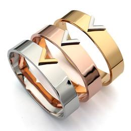 2019 braccialetto nome d'oro 2019 Nuovo marchio caldo in acciaio al titanio lettera V Bracciale per gioielli donna Moda marca amore Bracciale con ciondoli oro / argento rosa regalo colore braccialetto nome d'oro economici