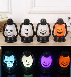 lámparas de cabeza de cráneo Rebajas Barato cráneo de Halloween Pony light pequeña lámpara de queroseno Ghost Head Glow Night Light Pumpkin Smiley Skull Pequeño farol Theme Park Zoo Props