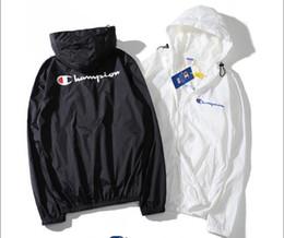 2019 nuova crema solare 2018 New Style Jacket Uomo Donna Giacca estiva protezione solare strato singolo Casual Giacca a vento moda protezione solare sottile cappotto nuova crema solare economici