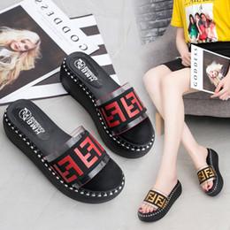 2019 sandalia de fondo plano plataformas Zapatos de mujer de lujo Toboganes Fends Plataforma de letras F Zapatillas Sandale Zapatillas Zapatos de cuña Sandalias de verano Tacones altos Zapatilla de fondo plano grueso B81501 sandalia de fondo plano plataformas baratos