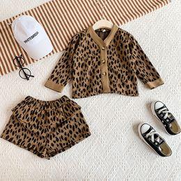 Cardigan de moda coreano online-los niños al por menor del diseñador chándales leopardo de las muchachas 2pcs impresos trajes establecidos (cardigan + short) chándal linda Corea del bebé trajes de Navidad la moda