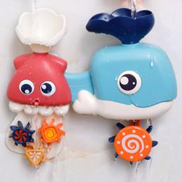 Spielzeug freuden online-Spielen des Spielzeugs Ocean Turn Joy Whale Turn Joy Joy Sprinkler Toy Baby, das mit Wassersprinkler spielt
