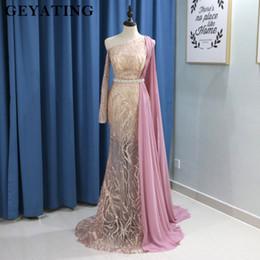 Une robe à manches cape d'épaule en Ligne-Robe de soirée arabe à manches longues avec une épaule Cape et une épaule or rose paillettes Robe de soirée sirène champagne
