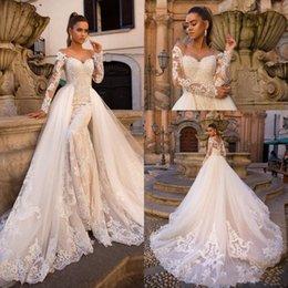 Botão para baixo vestidos sexy on-line-2020 Sexy Luxo Chamapgne vestidos de casamento Sereia Namorada oferecer o ombro longo comboio destacável luva botões Voltar Downs nupcial