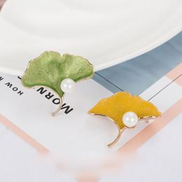 2019 pin di foglia d'acero Pin della foglia di acero della lega di acero della signora della signora di modo spilla per le donne perno femminile della perla di qualità superiore pin di foglia d'acero economici