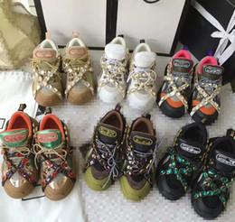 Canada HOT Hommes De Luxe Designer Brodé Abeille Blanc Sneaker En Cuir Véritable Marque Femmes Casual Chaussures De Haute Qualité xinyah 35-41 supplier embroidered shoes women Offre