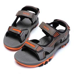 2019 zapatillas dedos calientes Sandalias de hombre Fábrica de zapatos al por mayor de verano zapatillas antideslizantes de punta abierta masculina zapatos de playa de estilo caliente sandalias deportivas de alta calidad zapatillas dedos calientes baratos