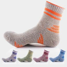Erkekler Çorap Yüksek Kalite Profesyonel Rahat Esneklik Nefes Trekking Sürme Bisiklet Erkek Çorap Moda 5 Renk Ücretsiz Boyutu nereden