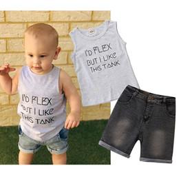 Calças de brim da forma das crianças s on-line-Crianças roupas de grife meninos roupas crianças carta top de impressão + shorts Jeans 2 pçs / set 2019 Moda verão Boutique Conjuntos de Roupas de bebê C6523