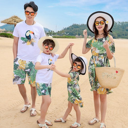 2019 ropa de papá hijo Trajes a juego de la familia Madre Hija Vocación en la playa Hojas Pájaros Vestidos Verano Papá Hijo camiseta + pantalones Ropa para niños J190514 ropa de papá hijo baratos
