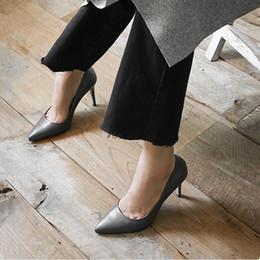 Trabajo de cuero de estilo europeo online-Envío gratis 2019 Primavera Nuevo estilo europeo Mujeres bombas dedos del pie puntiagudo oficina señora zapatos de trabajo Tacones altos de cuero Negro Verde Beige 9 cm