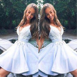 2019 mini vestido moderno 2019 Modern Light Sky Blue Graduation Homecoming Dress V Neck Lace Applique Ruffles Vestido corto de fiesta Vestidos de fiesta de cóctel BC1797 mini vestido moderno baratos