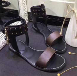 2f6d48a7487971 Femmes Designer Sandales Populaire Double Rangée Rivet Boucle Femmes  Chaussures Outsole Plat Plain Sandale Vieille Lettre Lettre Slide Taille  35-43 Chaude ...