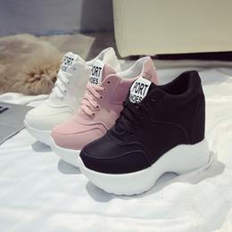 Zapatillas de tacón rosa online-Zapatos vulcanizar de las mujeres de la PU de cuero blancos / Negro / Rosa zapatillas de deporte para mujer de alta moda de las zapatillas de deporte de la plataforma tacones gruesos Mujer Zapatos