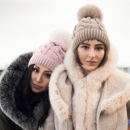 Fleece schädel caps online-Winter Frauen Twist Strickmütze Warme Pom Pom Fellknäuel Wolle Fleece gefüttert Hut Schädel Beanie Häkeln Ski Outdoor Caps Beanies LJJA3104