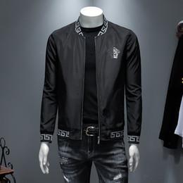 2020 diseños de bordado blusas Desgaste 2019 más nuevo hombres del hombre de capa de la chaqueta de otoño bordado y el mejor diseño de la chaqueta blusas de Béisbol Juvenil cuello de la chaqueta suelta de hombres perfectos diseños de bordado blusas baratos