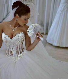 Vestido de casamento bling quente on-line-Nova Chegada Hot Bling vestido de Baile Vestidos de Casamento Querida Lace Apliques Beads Pérolas Sem Mangas Ilusão Sweep Train Formal Vestidos de Noiva