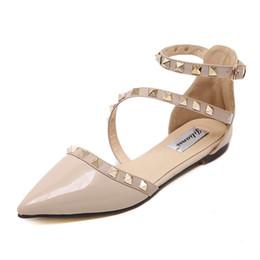 Sexy sandalias planas rojas online-2019 diseñador de moda de lujo mujer tachonado sandalias sexy lace up zapatos de espiga de fondo rojo sandalias planas femmes para el verano al por mayor tamaño grande 43