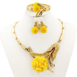 Gelbe rose schmucksets online-Hot Fashion Italy Dubai Rot Gelb Rose Anhänger Halskette Ohrringe Ring Luxus Frauen Kristall Schmuck Sets Charme Braut Zubehör