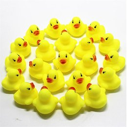Piscina solida online-Giocattolo del bagno del bambino Sonaglio Sonoro Bambini Mini anatra di gomma che nuota bagnano i regali Corsa Squeaky Duck Swimming Pool Fun Playing Toy