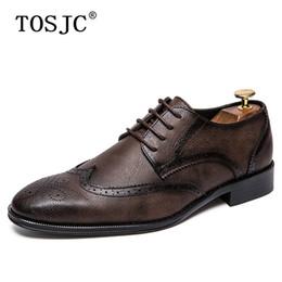 Confortável oxfords mens vestido sapatos on-line-TOSJC Marca Nova Tendência Brogue Oxfords Mens Confortável Vestido de Casamento Sapatos de Festa Lace Up Couro Genuíno Casual Bussiness Shoes