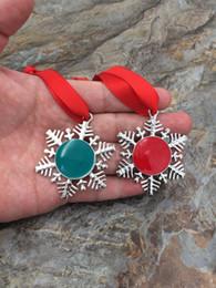Commercio all'ingrosso personalizzato rosso verde smalto bianco portachiavi nastro rotondo smalto monogramma disco decorazione natalizia catene chiave fiocco di neve da