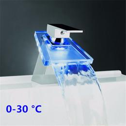 Lavabo de vidrio online-LED del grifo del lavabo Brass Cascada Temperatura tres colores Cambio Baño golpecito de mezclador de cubierta montada Wash lavabo de cristal grifo del lavabo