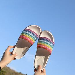 Chanclas de plataforma rosa online-RASS PLE 2019 para mujer zapatos de mujer Glitter Crystal Zapatillas de arco iris Plataforma Summer Beach Sandalias Flip Flop Slip On Slides Shoes