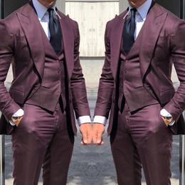 2019 chalecos sin botones Nuevos trajes de moda de los smokinges de la boda de Borgoña para los hombres 3 pedazos de los smokinges del novio de la boda por encargo 2019 (chaqueta + pantalones + chaleco) chalecos sin botones baratos