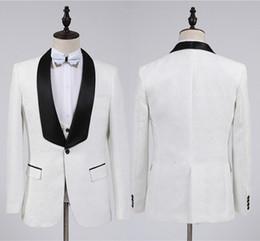 trajes blancos únicos Rebajas 2019 Fashion White Groom Tuxedos Groomsmen One Button Shawl Collar Best Man Suit Wedding Blazer trajes de hombre (chaqueta + pantalones + chaleco + pajarita)