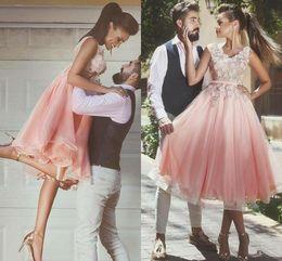Organza joelho comprimento vestidos de dama de honra on-line-2019 sexy v neck rosa árabe vestidos de baile na altura do joelho 3d-floral apliques formal vestidos de festa zipper de volta curto vestido de baile dama de honra