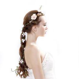 Corona di capelli bianchi online-Corona di fiori Corona di ghirlande di simulazione Rattan Hair Hoop Colore bianco Fiori artificiali Damigella d'onore Decorazioni per feste 10 5cx E1